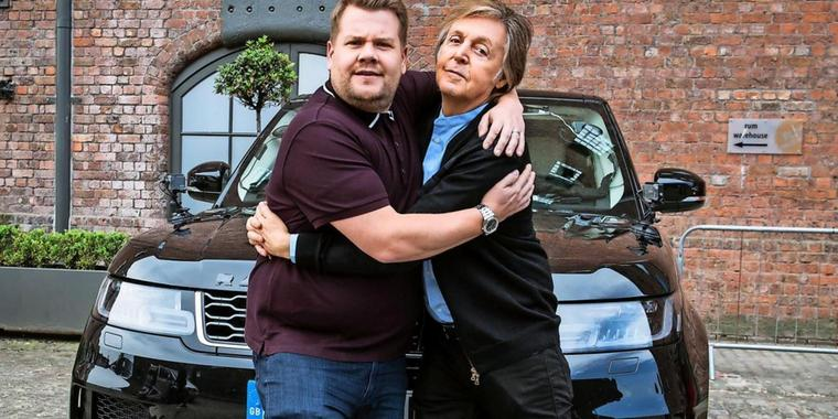 Moderator James Corden (l) und Sänger Sir Paul McCartney auf Tour in Liverpool