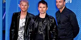 Die Achtzigerjahre, sie leben hoch! Muse (v. l. Dominic Howard, Matt Bellamy und Chris Wolstenholme) bei den MTV Europe Music Awards 2018 im Bilbao Exhibition Centre.
