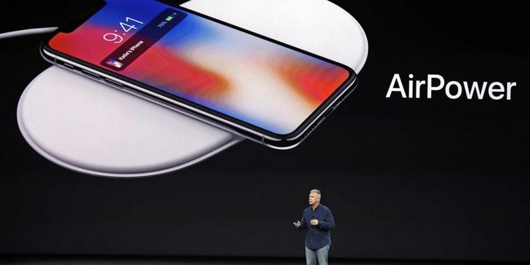 Phil Schiller, Apples Vizepräsident weltweites Marketing, präsentiert im September 2017 im Steve Jobs Theater in Cupertino (USA) das neue AirPower.
