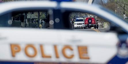 epa05234056 Police and emergency vehicles are seen on the perimeter of the Capitol Building, near the Capitol Visitors Center, following a shooting there, in Washington, DC, USA, 28 March 2016. An unidentified shooter discharged a weapon in the Capitol Visitors Center, injuring a woman, before being captured by police. EPA/MICHAEL REYNOLDS +++(c) dpa - Bildfunk+++   Police Car USA