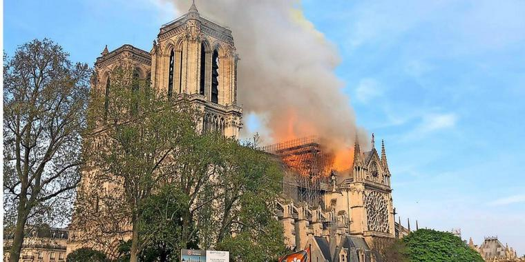 Notre Dame in Paris steht in Flammen.