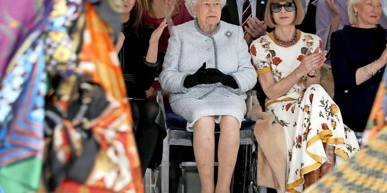 Königin Elizabeth II. neben Modepäpstin Anna Wintour bei der London Fashion Week.