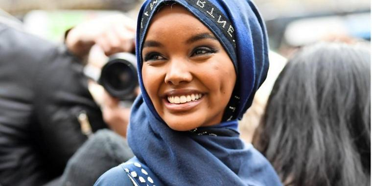 Das Model Halima Aden bei der Pariser Fashion Week