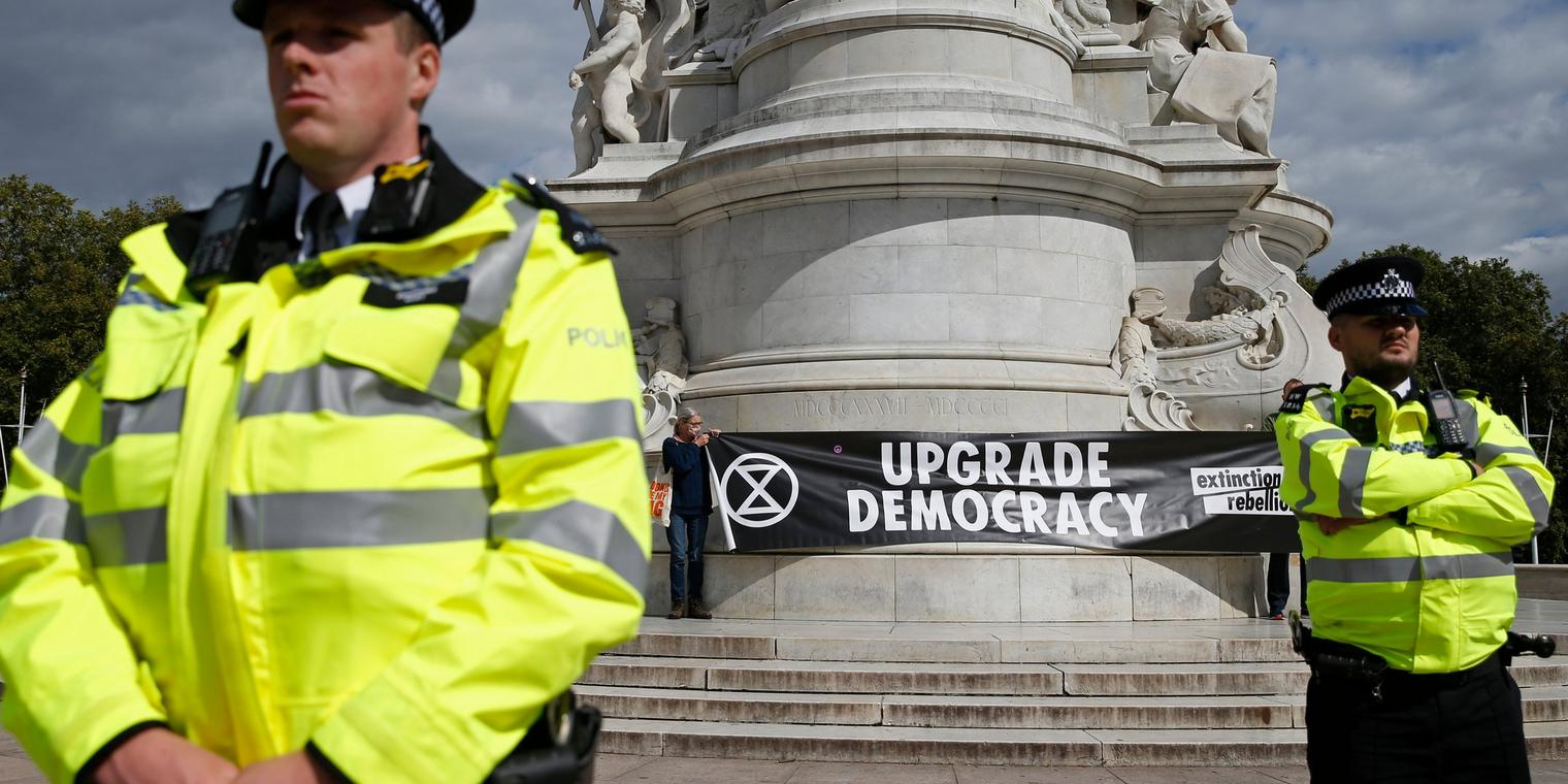 Polizisten bei einer Demonstration von Extinction Rebellion in London.