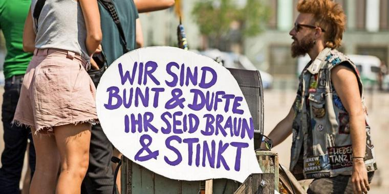 Gegendemonstranten am Spreeufer.
