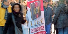Koran-Verteilaktion «Lies!» 2015 in Frankfurt am Main.