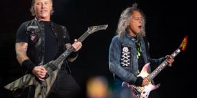 """A jeder is a Superstar und sauft an Schampus an der Bar - in der Schickeria"": James Hetfield (l.), Frontsänger der US-Metal-Band Metallica, und Gitarrist Kirk Hammett im Olympiastadion, wo sie eine Hommage an die Spider Murphy Gang brachten"