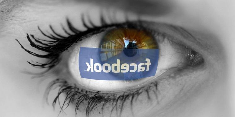 Facebook-Schriftzug spiegelt sich in den Augen einer besorgt blickenden Frau Facebook logo is reflected in the eyes of a worried-looking woman