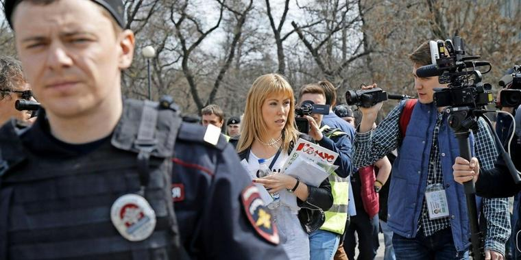 Die Oppositionelle Maria Baranova (M.) spricht am Rande der Demonstration in Moskau mit Journalisten.