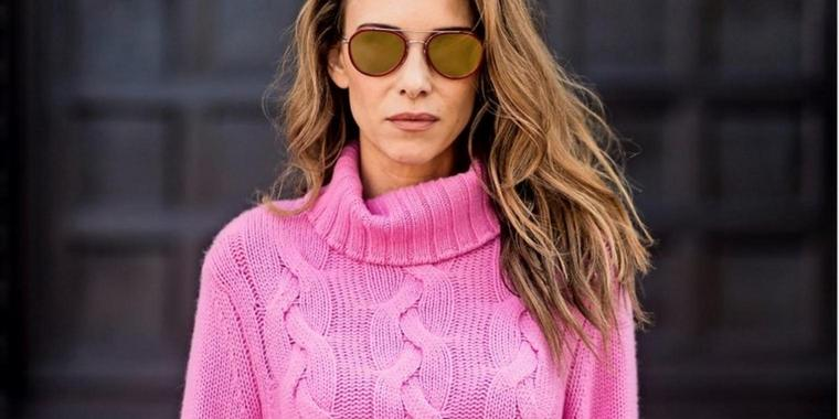 "Model and Modebloggerin Alexandra Lapp in einem kuscheligen ""Turtleneck"" – ganz in Rosa."