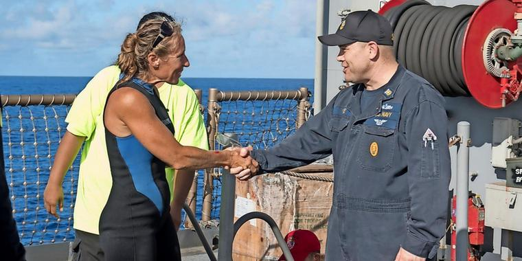 Command Master Chief Gary Wise (r.) begrüßt Jennifer Appel (l.)