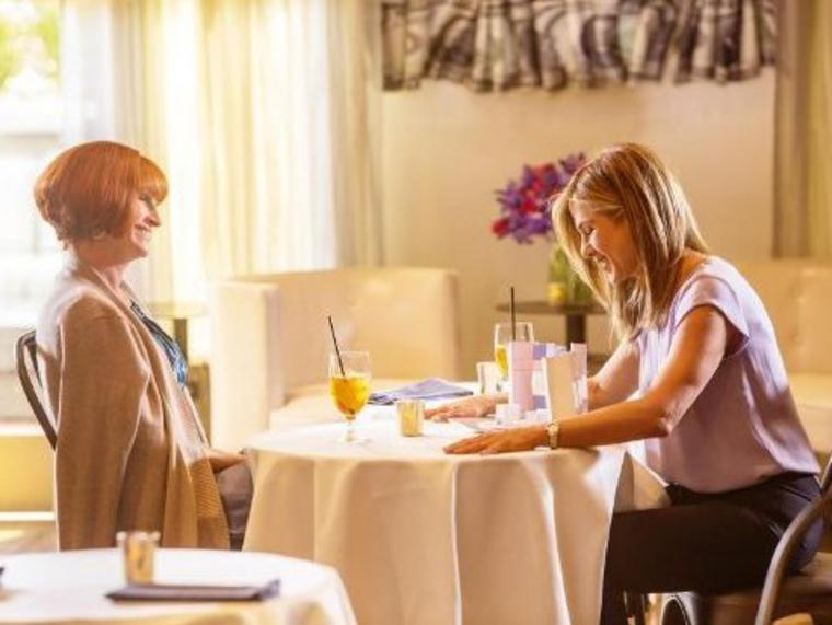 "Julia Roberts (l) und Jennifer Aniston in Garry Marshalls letztem Film ""Mother's Day""."