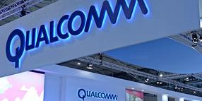 Das Logo des Chipkonzerns Qualcomm auf dem Mobile World Congress in Barcelona zu sehen.