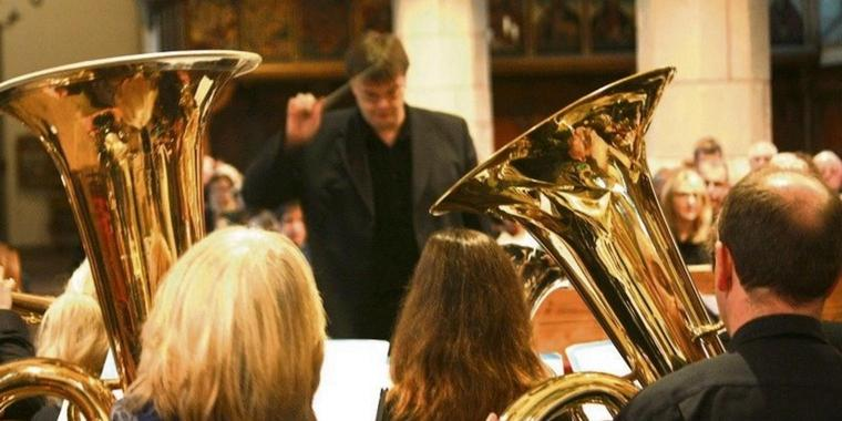 Michael Mensching dirigiert die St.-Martini-Brass Band.